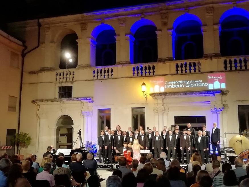 Le voci sublimi del Coro Polifonico di Ruda chiudono Corti di Capitanata. Gran premio a Leone Monaco