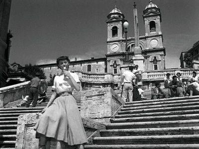 Scalinata di Trinità dei Monti, oggi le ragazze di Piazza di Spagna e i miti cinematografici seduti sarebbero multati?