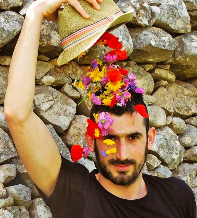 Colori sospesi di Leonardo Tondo, la sorpresa del bello in una cerbottana