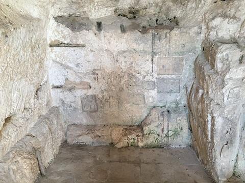 Naviganti greci e latini, il Doge Pietro II e i fanalisti: i tesori rupestri dedicati a Venere Sosandra nelle iscrizioni di Vieste