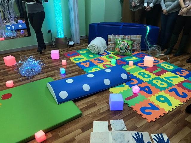 Giochi multisensoriali, canoa e tubo a bolle: nasce la snoezelen room per bimbi autistici, targata Girasole