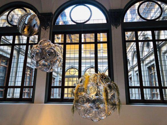 Thermodynamic Constellation, le sfere lucenti   di Tomàs Saraceno creano altre forme di vita a Palazzo Strozzi