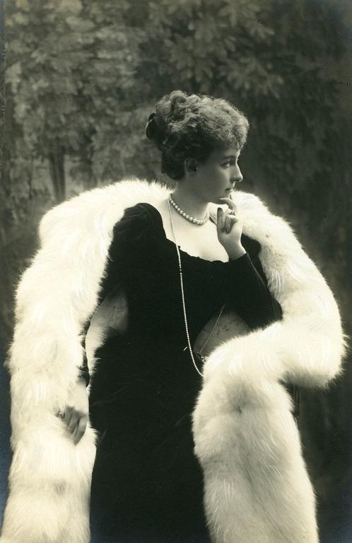 Elena d'Orleans, l'avventurosa duchessa,  Generalissima e generosa crocerossina del primo Novecento